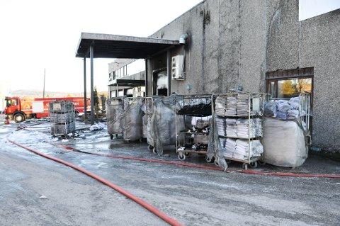 FLERE LEIETAKERE: Flere leietakere holder til i industribygningen som brant på Nedre Kongerød i Skien natt til mandag.