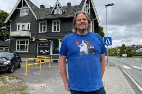 BEDRE: Eier og driver av Villa Mat i Skien, Marius Liane Johansen, merker at det går mot lysere tider når det gjelder virksomheten. Flere bransjer opplever det samme, melder NHO.