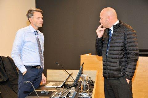 AKTOR OG FORSVARER: Statsadvokat Håvard Kalvåg (til venstre) er en av de to aktorene i rettssaken, mens advokat Henrik Nikolai Bliksrud forsvarer 50-åringen.