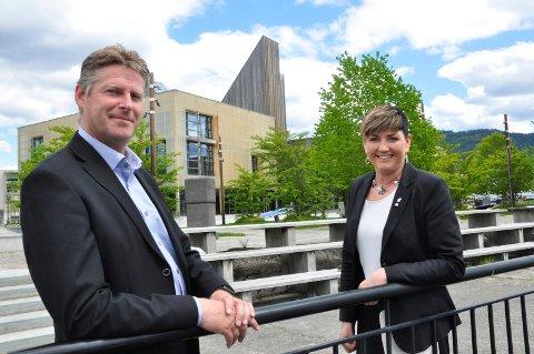 SJANSE: Både NUAS-direktør John Terje Veseth og ordfører  Gry Fuglestveit mener Notodden har det som skal til for å få batterifabrikk til Notodden.