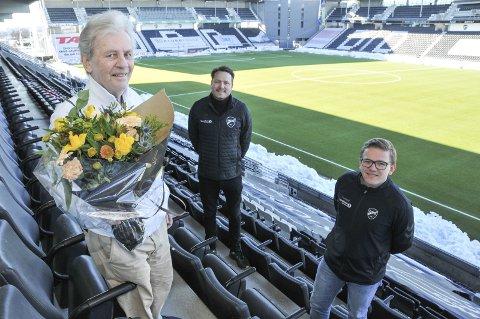 Teamet i boksen: Tor Erling Langerud (til venstre) gratuleres av Åmund Røsholt og Anders Løkken. Trioen sitter i tårnet under Odds hjemmekamper.foto: ørnulf holen