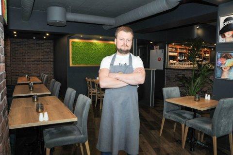 VENTER EN UKE: For restaurantinnehaveren Radek Soltys er det ikke tvil, han åpner ikke dørene til Merci, fredag. – Det er tull å skulle åpne restauranten uten alkoholservering når Vinmonopolet får selge alkohol.
