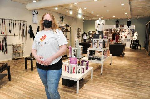 - STORT OG LUFTIG: - Her er det god plass og lett for kundene å holde to meter mellom hverandre, sier Solveig Måbø.