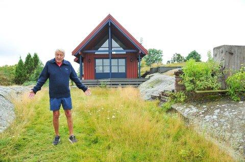 PÅ GAMLE TOMTER: Øivind Berg står foran den gamle hytta si, som er blant de 18 bygningene som er kjøpt opp og skal fjernes i forbindelse med det planlagte industriområdet Frier Vest.