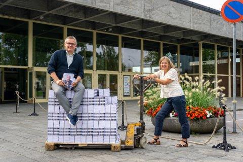 RULLER UT PROGRAMMET: Mandag sender Ibsenhuset ut 100 000 programmer for høsten. Leder for kulturhuset, Erik Rastad og Markedsansvarlig Helle Kasin, har troa på en fantastisk kulturhøst i Skien.