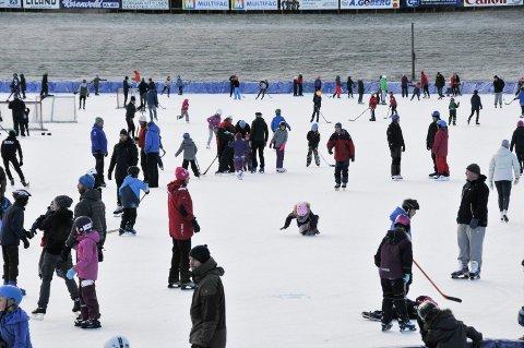 STO PÅ SKØYTER: En ung mor i 20-åra var med sønnen sin og tre andre barn på Skien isstadion. Like før hun skulle kjøre barna hjem, rusa hun seg på GHB. Personene på bildet har ingenting med saken å gjøre.