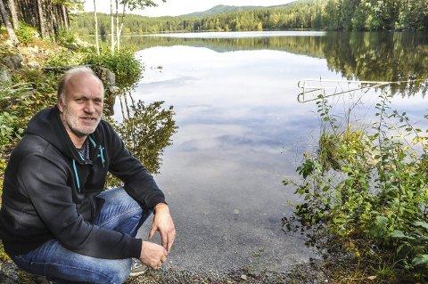 Kreps: Rådgiver Tommy Granlien i Notodden kommune ba for fire år siden Fylkesmannen om en forskrift som åpnet for krepsefangst her i Tinnemyra. Siden da har ingenting skjedd - og krepsen fanges fortatt like ulovlig.