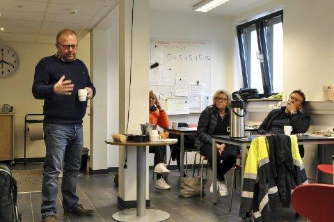 ORIENTERTE: Forbundsleder Jan Olav Andersen orienterer, og her er det Tone Solvoll Alfheim, Liv Solvoll og Jan Sigbjørn Høgstad som sitter i bakgrunnen.