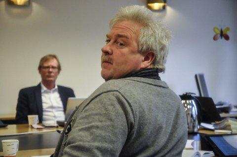 Slår tilbake: Aps gruppeleder Torgeir Bakken slår tilbake i skolesaken. Her fra et tidligere møte i Notodden formannskap, med Venstres tidligere utvalgsleder for oppvekst, Torgeir Fossli, i bakgrunnen.