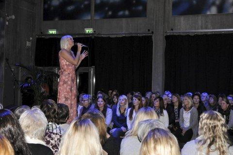 TRENDTALK: Marian Aas Hansen var konferansier, sang og holdt en trendtalk.