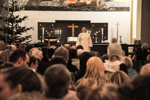 KORONA JUL: Slik er vi vant til å se julegudstjenesten i Notodden kirke, i år har kirken måtte tenkte annerledes.