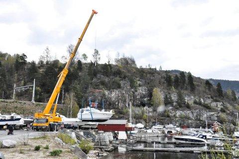 I lufta: Her henger båten i stroppene og fires forsiktig ned mot vannet.