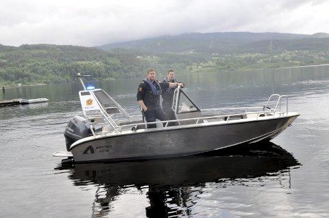 2012: Politiet har kontrollert fritidsbåter og deres førere flere ganger denne helga. Her er Ørjan Lothe (til høyre) og Erik Wågene under en kontroll i 2012. (Foto: Kai Andersen)