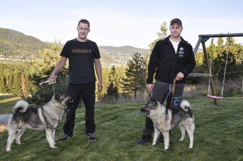 DELTAR: Olav Willy Eriksen med Aico og Anders Nordbø med Strix forsvarer Telemarks ære i NM Løshund 2016.