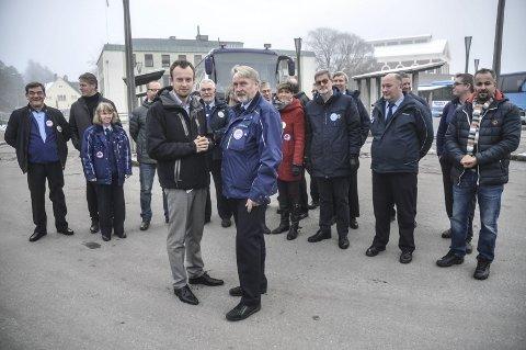 Sammen: Ordførere og bussjåfører møttes i går for å stå sammen i kampen for å berge Timeekspressen fra Notodden. Helg foran fylkesordfører Sven Tore Løkslid og sjåførtalsperson Geir Olav Nordjordet.