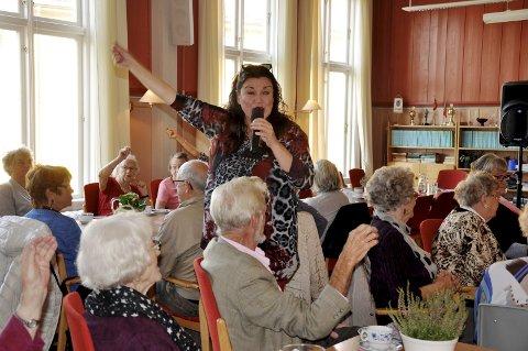 Sosialt nettverk: Skoland aktivitetshus er en sosial nettverksbygger på Notodden. Her koser de eldre seg, som her sammen med sangerinnen Jenny Jensen som besøkte huset for tre år siden.