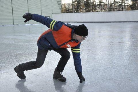GLATTISEN: Skøyteentusiast Harald Sandvik på nylagt skøyteis mellom hallen og friidrettsbanen.