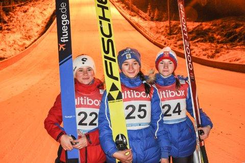 På pallen: Mariia Iakovleva, Lidiia Iakovleva og Anna Shpyneva gjorde det godt i dagens hopprenn.