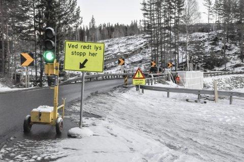 Om Få år: Ingen ny og bredere bru ved Elgsjø, nei. Men brua får reparert skadene etter en påkjørsel. Men informerte kilder vet at en ny og bredere bru ved Elgsjø er planlagt i 2019.