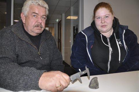 FARLIG: – Dette er direkte farlig, sier Tom Wårås og Kjerstin Dokka og viser fram strøsanden (steinene) på Årlifossvegen.
