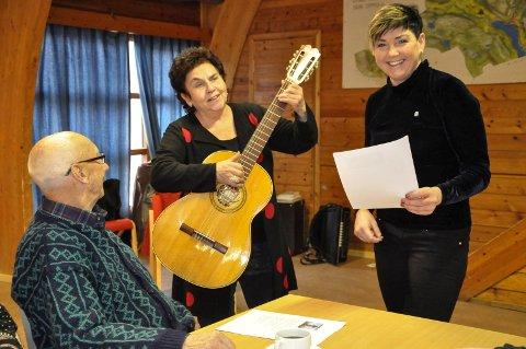 Eldepolitikk: Aps eldrepolitiske talsmann på Stortinget,  Tove Karoline Knutsen tok en trall for AP-veteran Einar Bakka og ordfører Gry F. Bløchlinger.