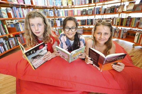 Gode lesere: Line Borgejordet Simones, Ada Vogsted Stensvold og Astrid Cronblad Bruun – alle 11 år gamle – synes det er gøy å lese bøker. Derfor blir de med på bibliotekets Sommerles-kampanje i sommer og håper mange andre også gjør det.