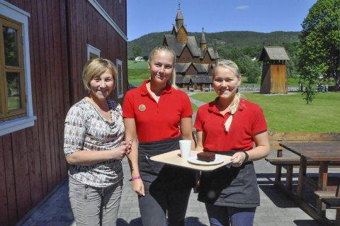 Godt besøkt: Anne Marie Halvorsen, Jasmijn Grooten og Tone Jamtveit ønsker stadig nye og flere turister velkommen til stavkirkeområdet
