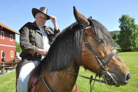 Til hest: Det må lukte litt av hest for å komme i skikkelig køntrimodus, sier sogneprest Terje Nyvoll-Todnem fra hesteryggen