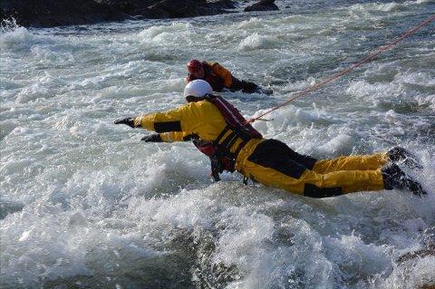 LÆRES OPP: Brannmenn læres opp til å delta i redningsaksjoner i vann. Foto: Pressebilde/ANB