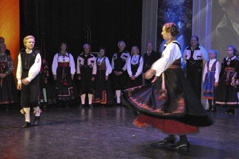 Flotte dansere: Med bunader på rekke og rad danset Torjus Westeng Bakken og Tone Anne Tveiten til stor jubel for publikum.
