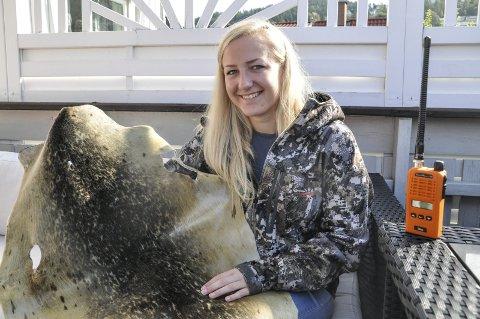 STØRST: Kristines største opplevelse var da hun skjøt sel, og nå har skinnet kommet tilbake fra garving. Ellers har det blitt mye jakt på fugl, rev og rådyr, samt 2,5 uke med pil og bue på hjortejakt i Minnesota. Nå er det kun en bekymring, at skrantesjuken skal bre om seg her hjemme.