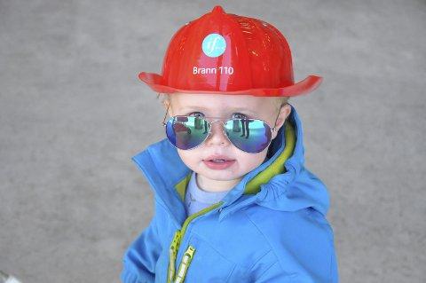 TØFF I BRANNHJELM: Da Alexander Vikan var to år gammel var han én av mange som fikk prøve seg som brannmann på Åpen brannstasjon. Nå har han muligheten igjen.arkivfoto: unni buverud