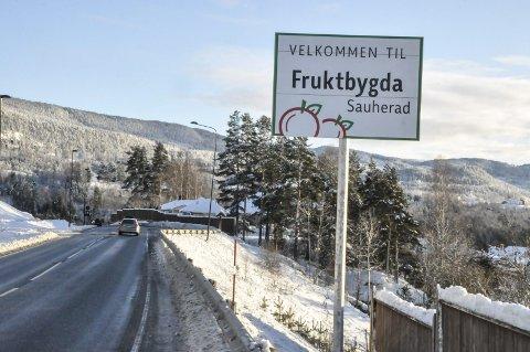 MÅ FLYTTES: Dette skiltet står nå på Hjuksebø. Kanskje må det om knappe to år flyttes flere kilometer sørover. (Foto: Håkon Rusten)