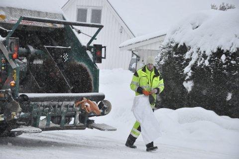 I dyp snø: Innsamling av søppelsekker kan av og til by på utfordringer for renovasjonsfolkene. Her er i sving i Tjønnveien.