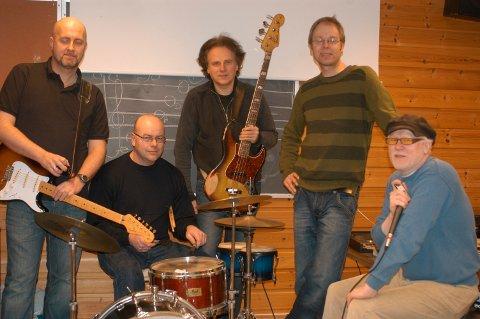 Rune Endal (midten med bass) sammen med musikervennene  Espen Liland, Tore Solheim, Runar Boyesen og Trond Ytterbø.