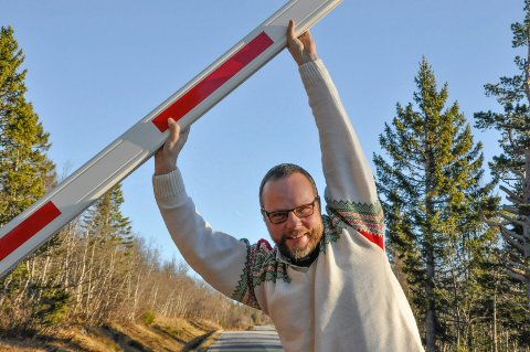 SKAL ALDRI NED: Denne bommen bør aldri være nede, sier Hjartdals ordfører Bengt Halvard Odden. Nå kjemper han for en vinteråpen vei over Råen - av flere grunner.