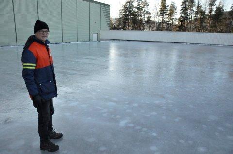 Harald Sandvik sier isen er klar til bruk - noe den vil være i hele julen.