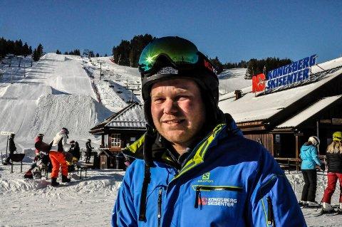 BIDRAR: - Årets Julegave er et flott prosjekt hvor fellesskapet tar ansvar. Vi bidrar på vår måte, sier Halvor Jamtveit og bidrar med 150 dagskort med ski i Kongsberg skisenter.