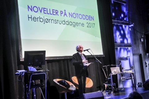 På scenen: Jan Erik Vold sto på scenen i fjor og lovpriste Notodden og Hans Herbjørnsrud. I år skulle det vært Karl Ove Knausgård.