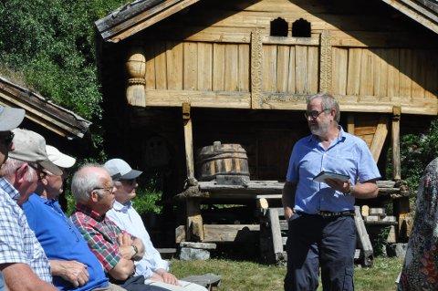 Knut Haukvik åpnet utstillingen på Tuddal Bygdetun med gode jakt- og fiskehistorier, og litt faktapplysninger.