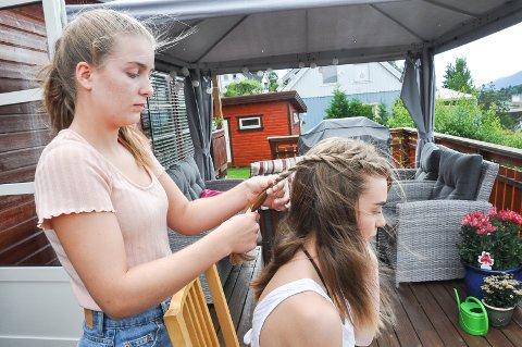 """Fletter lillesøster: Kjersti Løkka Granlund fletter ofte søsteren Lene Løkka Granlund, som også har vært """"modell"""" for instagram-kontoen noen ganger."""