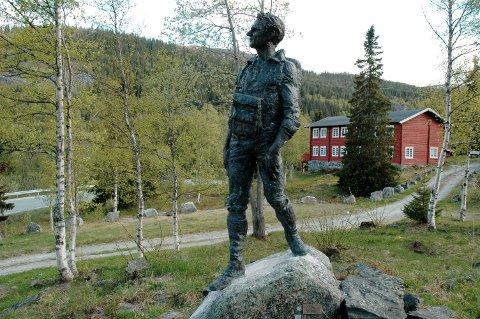 KROKAN: Dette var DNTs første turisthytte. Her med statuen av Claus Helberg i forgrunnen.