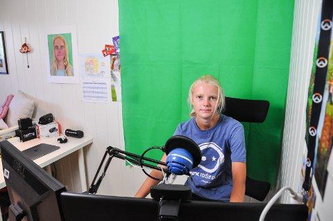 Eget studio: Her sitter Thale i sitt egne studio på rommet sitt, her spiller hun inn spill videoene og kan bruke green-screenen til å legge på diverse bakgrunner.