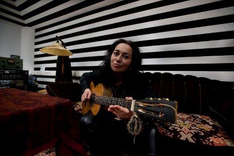 LOKALT: Rita Engedalen har spilt inn den nye låta i i Juke Joint Studio og har med seg lokale musikere.