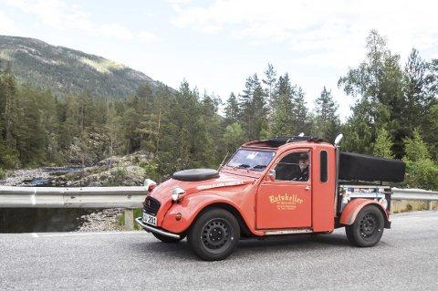 FORSINKET: Det tok litt lengre tid enn ventet å kjøre fra Frankrike og Tyskland til Stuvrud, så her er en av de siste i turfølget i god fart oppover Tuddalsdalen.