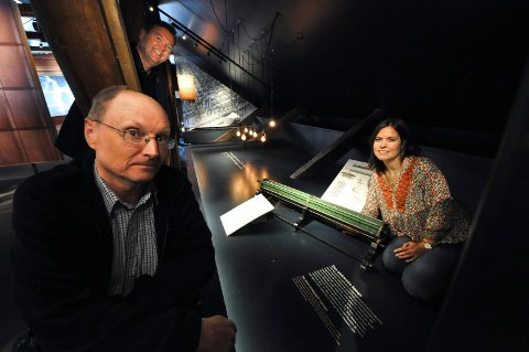 BILDEKÅSERI: Trond Aasland med all sin kunnskap forteller levende om verdensarven.  Her sammen med Runar Lia og Helene Brekke i museet Lysbuen (Arkivfoto: Beate Evensen)