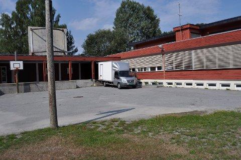 planene går videre: Planene om å utvikle Nordbygda skole til boligformål går videre, uavhengig av konkursen i Østafjells Transport. Eiendommen er i privat eie.(Arkivfoto)