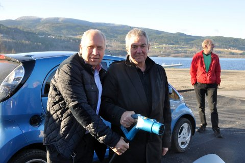 DEN FØRSTE: 7. november ble byens første ladestasjon åpnet på Nesøya, av e-verkssjef Olav Forberg og daværende ordfører Jørn Christensen.
