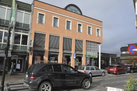 Storgata 40: Dette bygget gikk for 4 4 15 000 som gir en kvadratmeterpris på drøye 6000 kroner. Bygget har en teknisk verdi som langt overstiger dette, men eiendomsmarkedet i det gamle Notodden sentrum er både flatt og dødt.