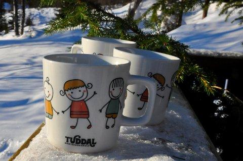 SJARMERENDE DESIGN: Tuddal Montessoriskole har produsert kopper med egen logo.